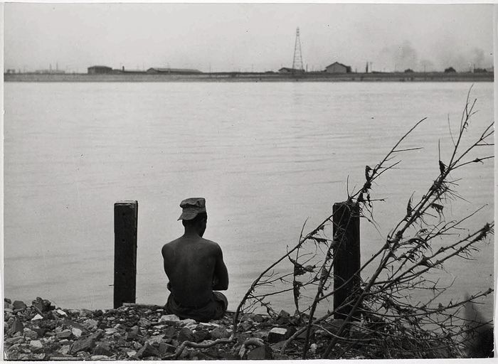 Robert Frank - St. Louis, man sitting by River. 1947.