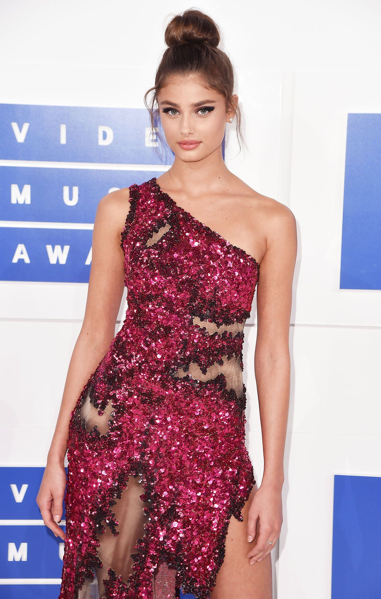 Who Taylor Hill Celebrity Red Carpet Celebrity Hairstyles Hairstyle Look