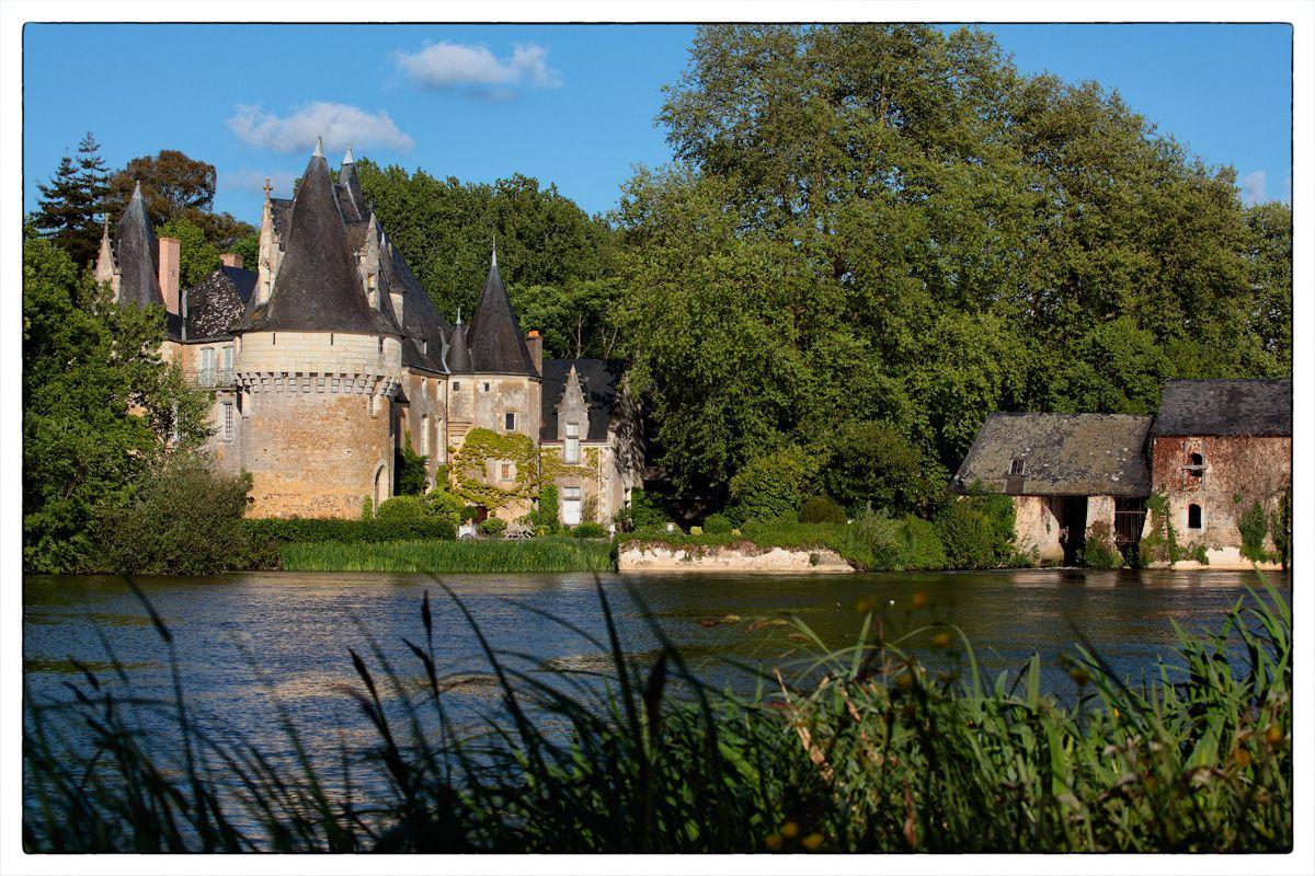 Château de Bazouges © Renaud Alaime - http://bazougessurleloir.info/cadre-de-vie/galerie-photos/ - Le sentier de grande randonnée GR 35[2] traverse la partie Nord du Baugeois : La Flêche (Sarthe) - Bazouges-sur-le-Loir (Sarthe) - .... Votre hébergement : * Anne-Marie et Dominique TOÏGO - Tél. : 06 83 32 53 41 - Adresse: Rue du Bourg Jupin - 72200 BAZOUGES-SUR-LOIR - 72 - Sarthe Pays de la Loire - Capacité : 9 P. - 4 chambre(s) - A partir de 68 € / 2p -