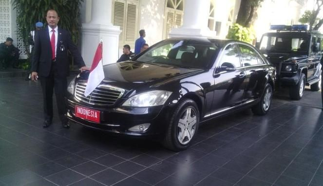 SBY menggunakan mobil kebesaran Kepresidenan bertuliskan INDONESIA 1 yang berplat nomor merah ke pelantikan Jokowi, Senin 20 Oktober 2014.