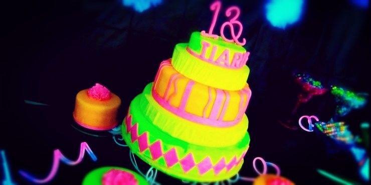Luminosas ideas para tener una fiesta de XV años NEÓN Party Ideas - sweet 16 halloween party ideas