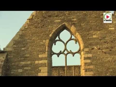 Reportage HD – TV Quiberon 24/7 – 30 Octobre 2014 – La spendide pointe Saint-Mathieu (Lok Mazé ou Loc Mahé en breton) est une pointe du Finistère située à proximité du Conquet sur la commune de Plougonvelin. Elle est bordée de falaises de 20 mètres de hauteur. Aujourd'hui abandonnée, l'abbaye aurait abrité le crâne de l'apôtre et évangéliste Matthieu. Le phare, construit en 1835, haut de 37 mètres s'éleve à 56 mètres au dessus du niveau de la mer. Il se visite l'été. Il faut monter 163…