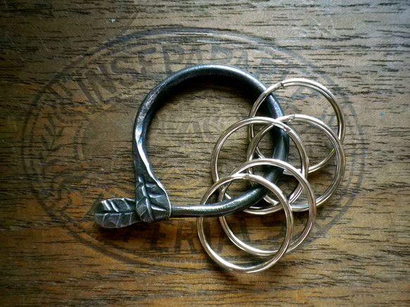 小さな葉っぱがついてるキーホルダー。頑丈で使い込むほど味が出てきます。サイズ:直径約4cm|ハンドメイド、手作り、手仕事品の通販・販売・購入ならCreema。