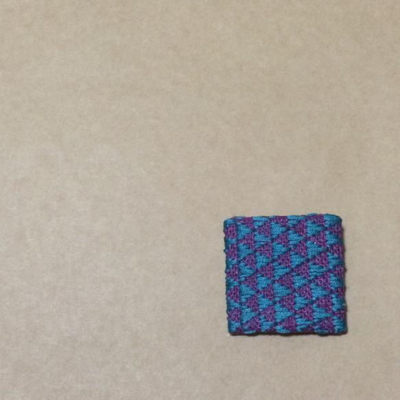 こぎん刺しのブローチです。モドコはウロコ。サイズは4cm×4cmです。 ハンドメイド、手作り、手仕事品の通販・販売・購入ならCreema。