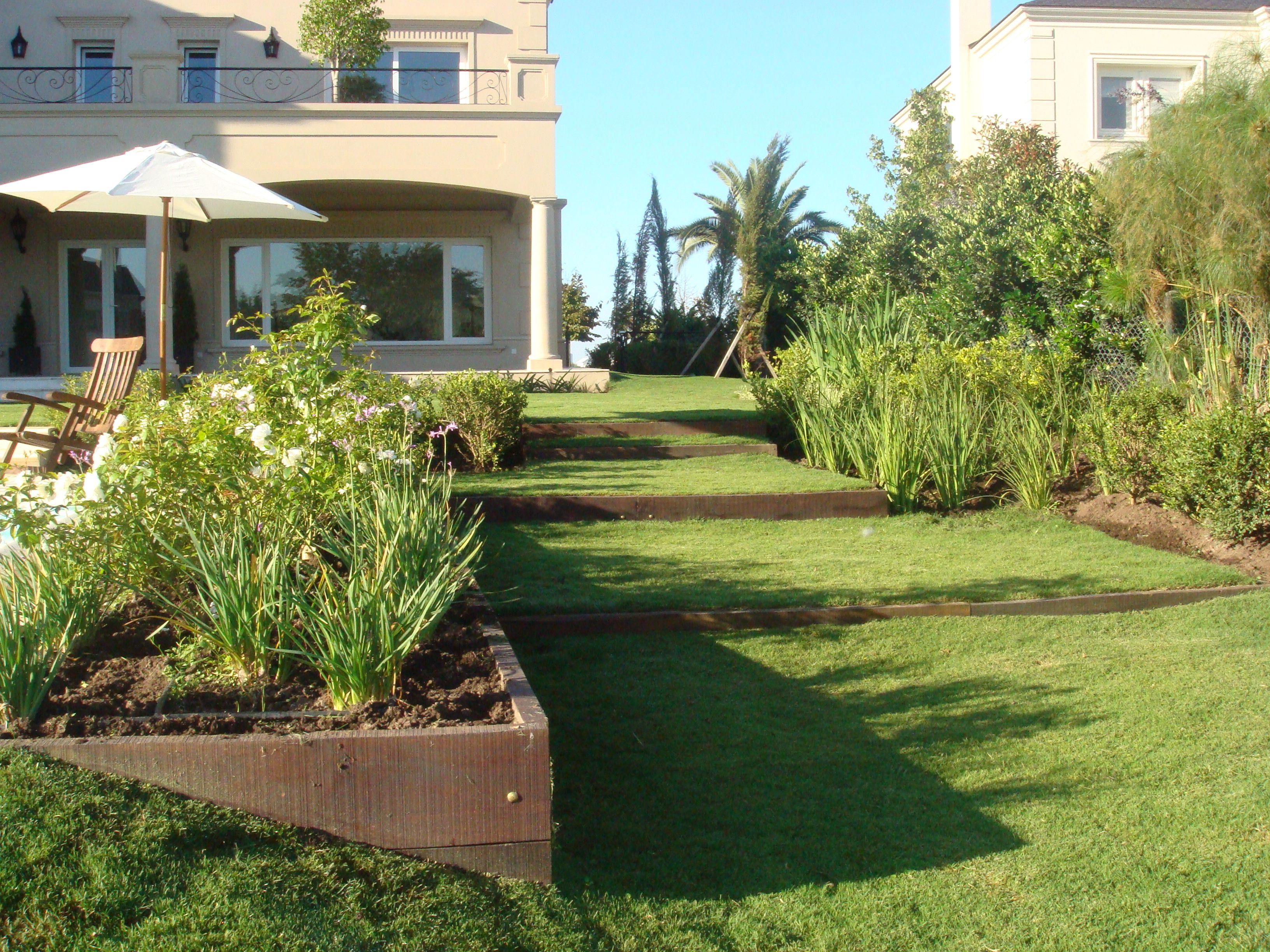 Mas madera y desniveles en un jardin piletas pinterest for Jardines en desnivel
