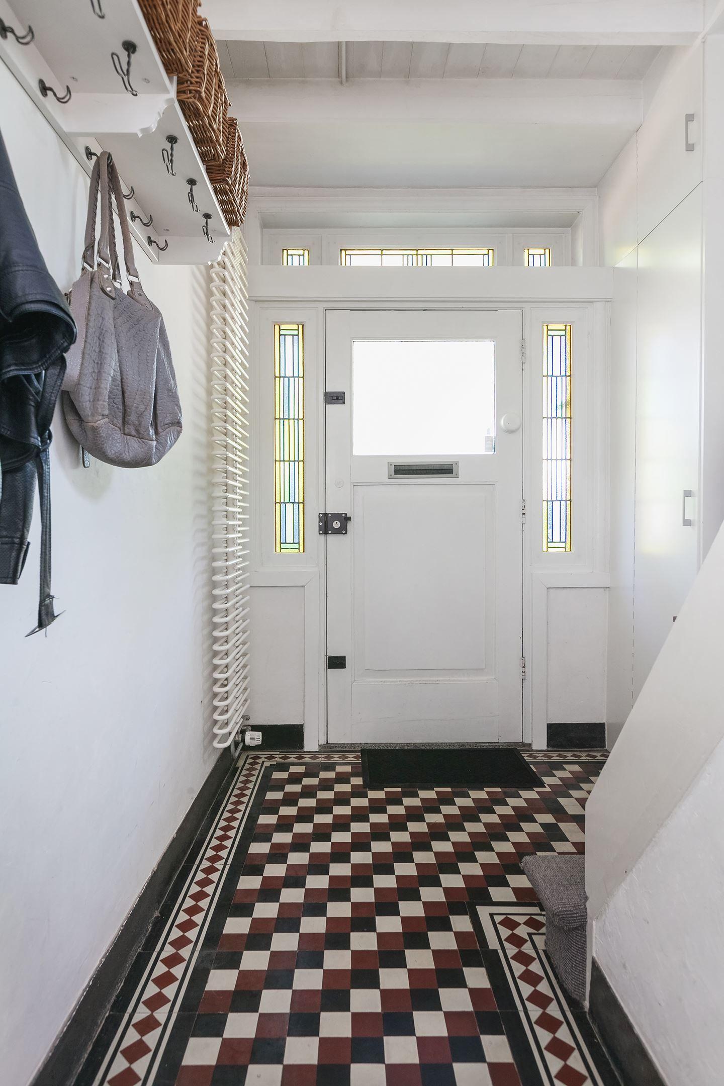 Sijtlvolle hal met tegelvloer in for Jaren 30 interieur
