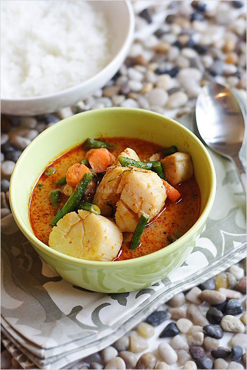 Red Curry Recipe - For my red curry recipe, I used scallops, chicken, and paired them with some long beans and carrots.  I also added some finely cut kaffir lime leaves that inevitably made the red curry extra aromatic and exotic in flavor. My red curry tasted utterly delicious, so much as that I finished the whole serving of steamed rice that was used for my photo prop. #curry #30-minutemeals