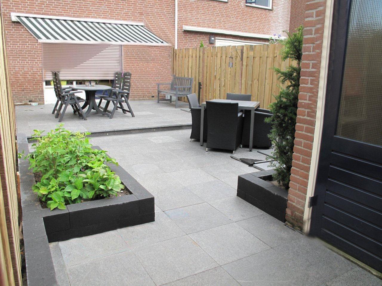 60x60 Tegels Tuin : Lichtgrijze tegels met antraciete borders mooi tuin