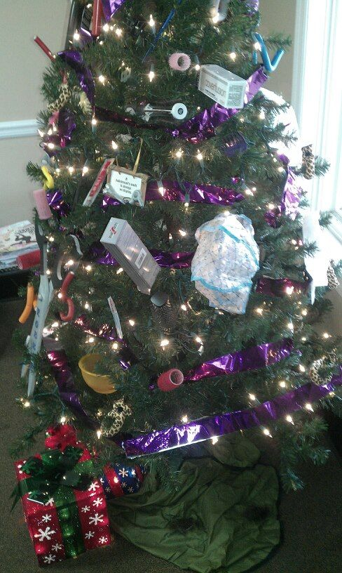 My Hairdresser S Christmas Tree Decorated With All Beauty Shop Items It Is Awesome Looks Bette Hair Salon Decor Christmas Tree Decorations Christmas Window