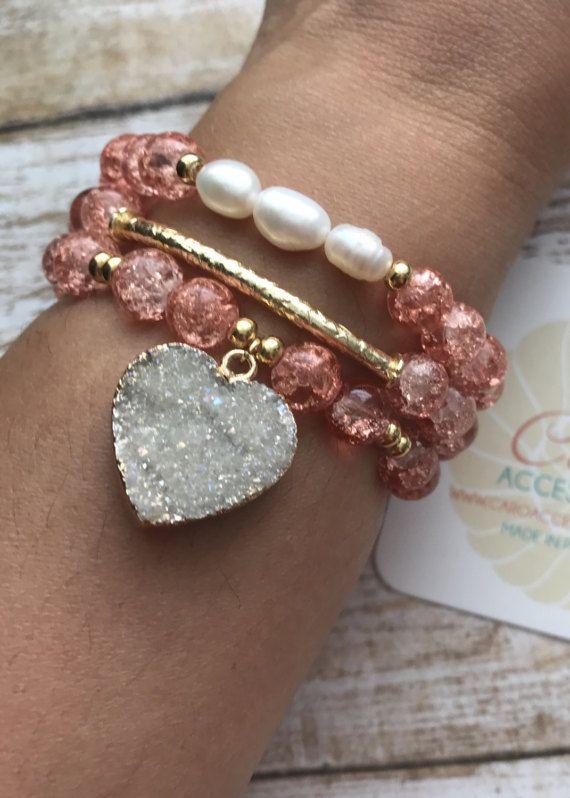 c5d5b181e515 Hermoso trío de pulseras con cuarzo blanco corte corazón y perlas  cultivadas. Todo en baño de oro.
