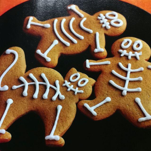 Halloween #Gingerbread #skeletonsget the gingerbread cookie - halloween entree ideas