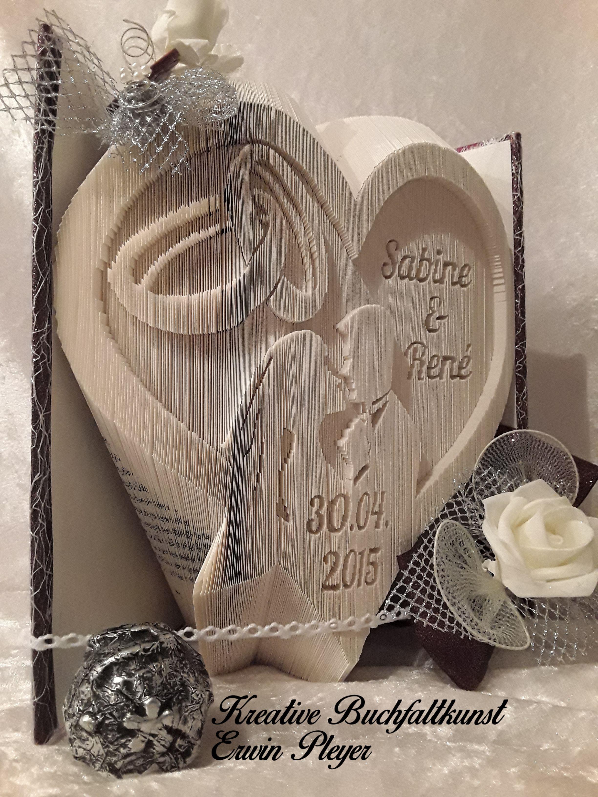 Gefaltetes Buch als Hochzeitsbuch mit Brautpaar, Eheringen ...