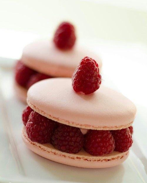Immagine tramite We Heart It https://weheartit.com/entry/158260829/via/14747225 #food #fruit #good #macaron #macarons #red #sweet