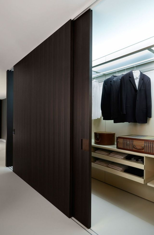 begehbar schrank mit schiebet r dunkel holzton porro shift von decoma design door pinterest. Black Bedroom Furniture Sets. Home Design Ideas