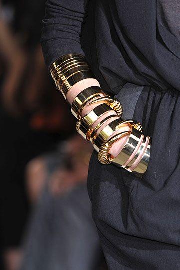 Käsikoruja on tässä niin paljon, että alkavat näyttää melkein metallihihalta. Givenchy Haute Couture  Fall/Winter. Metal cuffs.