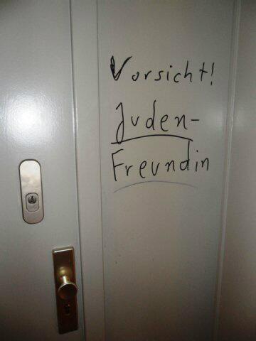 Deutschland 2013: »Vorsicht, Judenfreundin!« an Wohnungstür einer @_Stolpersteine_-Aktivistin http://www.berliner-zeitung.de/berlin/friedenau-antisemitische-parolen-an-der-wohnungstuer,10809148,22768452.html …