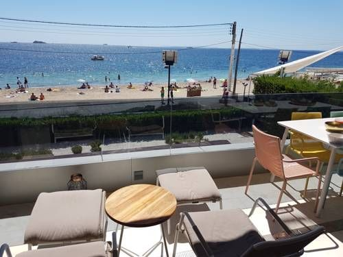 Ibiza 90210 Ibiza Town Ibiza 90210 is an apartment set in Ibiza Town, 2.7 km from Ibiza Port. Ibiza 90210 features views of the sea and is 3.1 km from Dalt Vila.  The unit is fitted with a kitchen with a dishwasher and oven.
