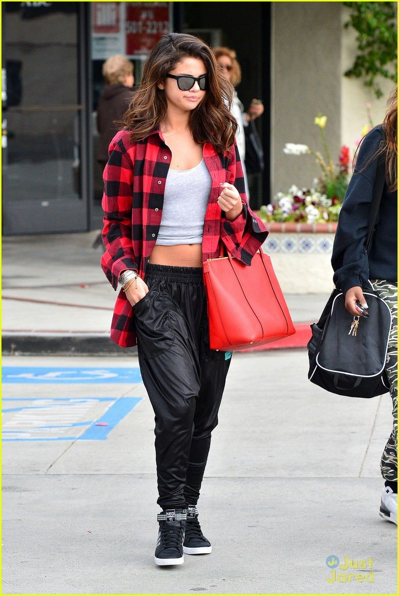 Red flannel and jeans  Selena Gomez  Fashion  Pinterest  Selena gomez Selena and Flannels