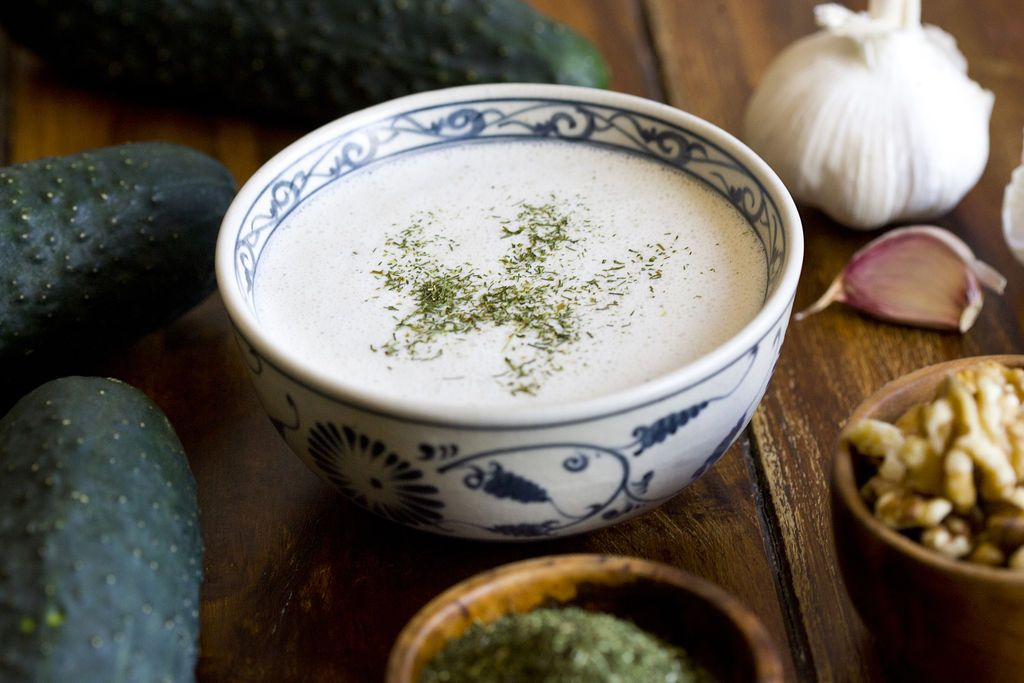 <p>Ingredientes+para+4+raciones:+4+yogures+naturales+sin+azúcar+(500+grs)+2+pepinos+medianos+60+grs+de+nueces+2+cucharadas+de+aceite+de+oliva+virgen+extra+1+diente+de+ajo+1/2+cucharadita+de+sal+1/2+cucharada+de+eneldo+picado+El+Tarator+es+uno+de+los+platos+más+típicos+de+la+…</p>