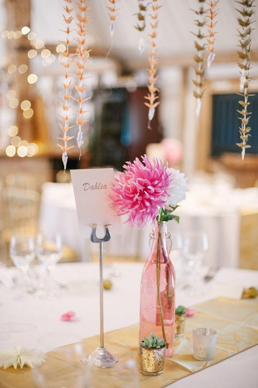Segnaposto Matrimonio Bottiglia.Tavolo Apparecchiato Con Un Centrotavola Bottiglia Di Vetro Rosa