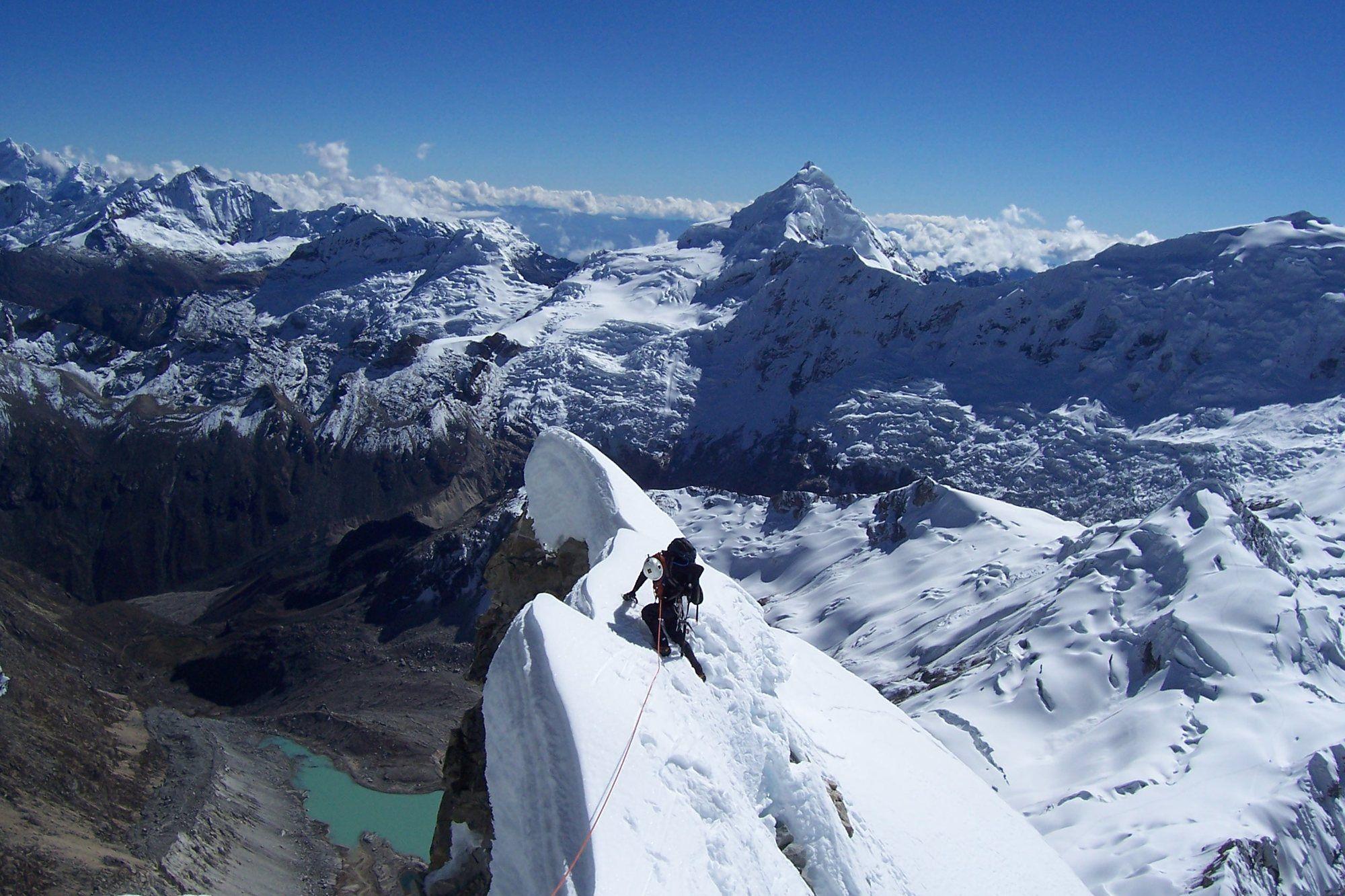 """Una Montaña Nevada: El Ranrapalca, (""""Lugar Pedregoso"""" En Quechua), Es Una"""