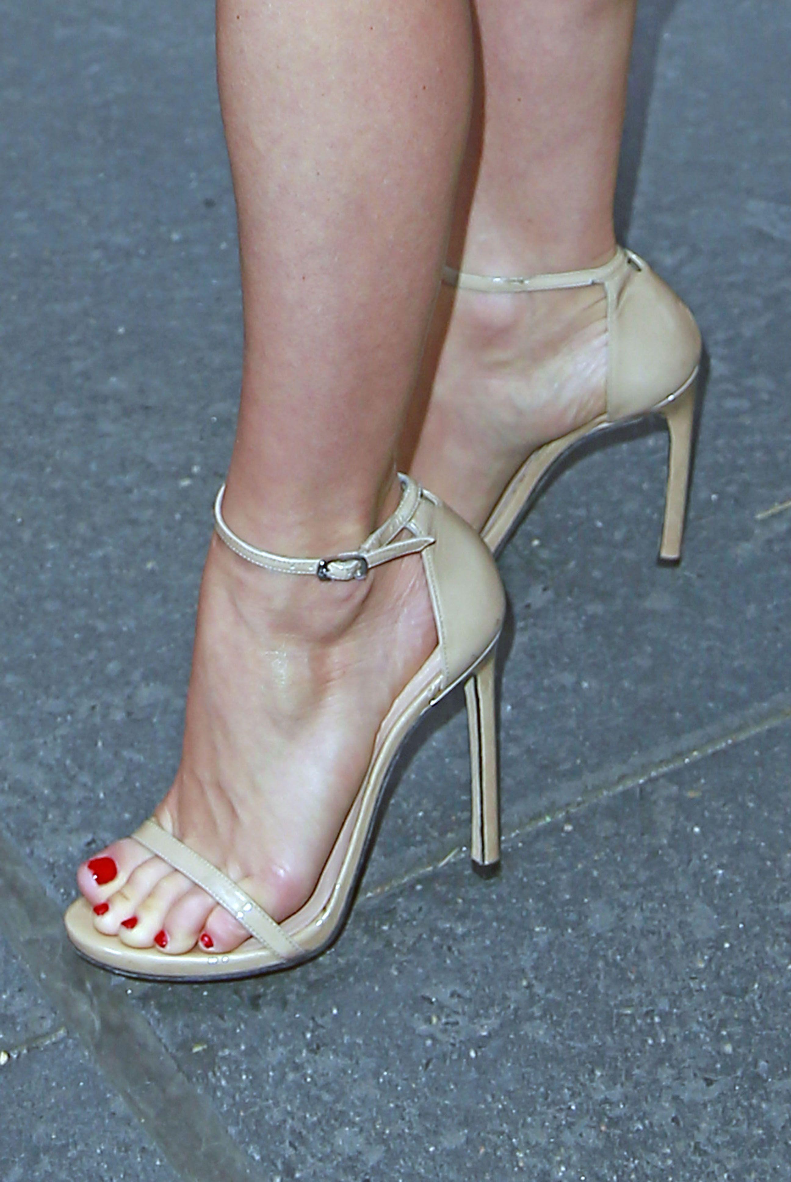 5d386a6bf7055b Julianne Hough s Feet    wikiFeet