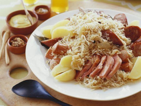 Würste mit Sauerkraut elsässische Art ist ein Rezept mit frischen Zutaten aus der Kategorie Fleisch. Probieren Sie dieses und weitere Rezepte von EAT SMARTER!