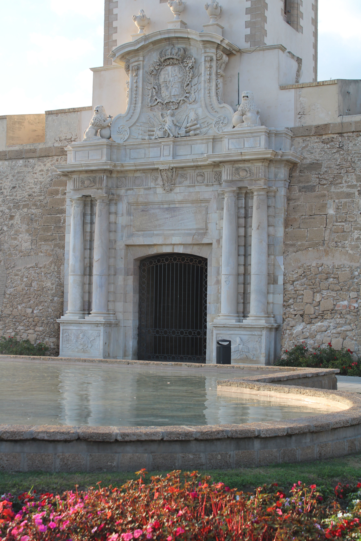 detalles de la portada de puertas de tierra en Cádiz