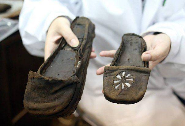 Preparations For The Exhibition Kazdy Krok Zostawia Slad Obuwie Historyczne Ze Zbiorow Muzeum Archeologicznego W Gdansku Ex Historical Shoes Shoes Footwear
