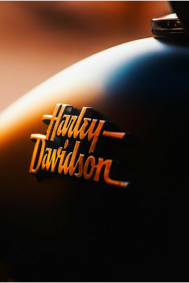 Parte de los gustos de bikers cosas metálicas, su moto limpia, letreros con la luz muy marcada. It's never to late to get the Coolest Harley Davidson Jackets !