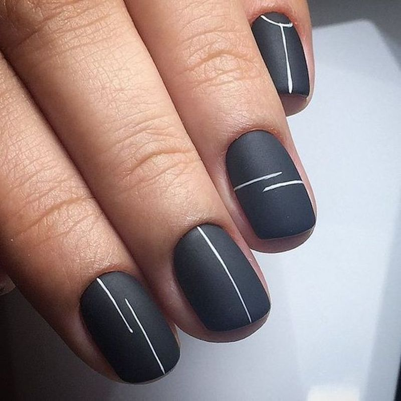 Lines create the perfect minimalist nail art on nails of any