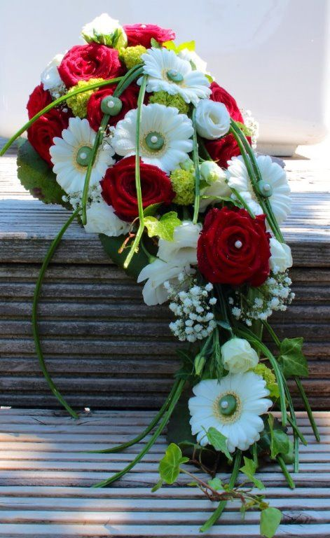 Abflieender Brautstrau mit roten Rosen Gerbera und