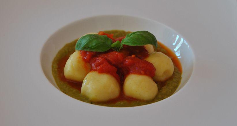 Gnocchi ripieni di #PecorinoSardoDop su crema di fave