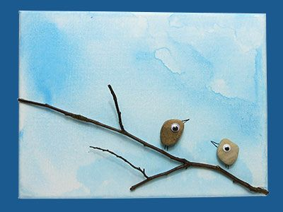 Aus kleinen Steinen und einem Zweig kannst du eine tolle DIY Leinwand gestalten. Eine ganz süße DIY Idee als Geschenk, die sich mit Sprüchen verzieren lässt.