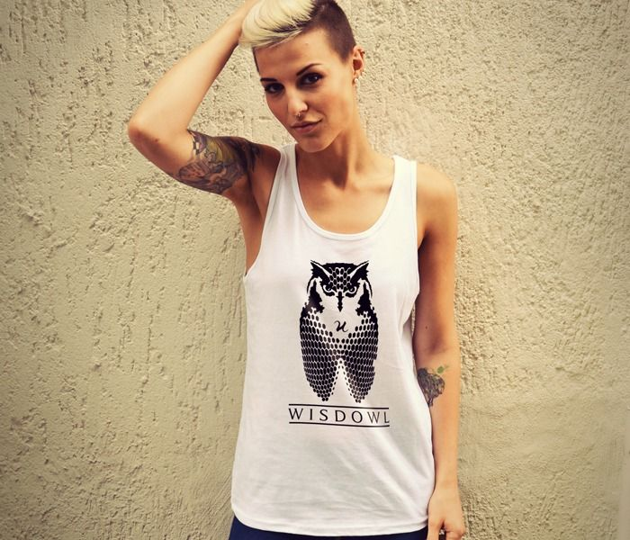 Wisdowl ist eine Kombination aus dem Attribut des Tieres und dem Namen des Tieres selbst. In diesem Fall paart sich die Weisheit (eng. Wisdom) mit der Eule (eng. Owl) und ergibt Wisdowl. #owl #tanktop #wisdom