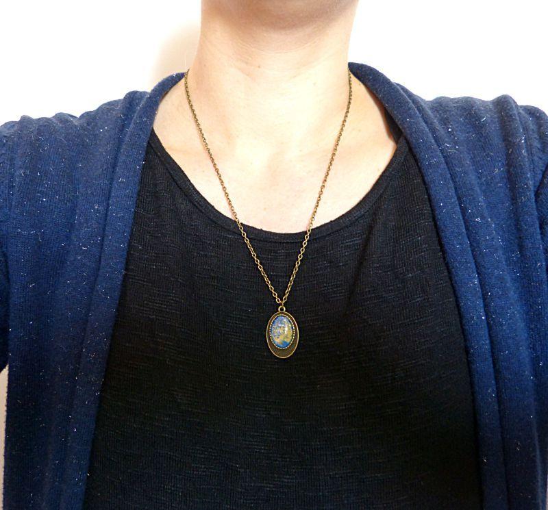 [Collier mi long,cabochon en verre ovale. Bleu et jaune.]  Ce collier est composé d'un pendentif ovale couleur bronze et d'un cabochon en verre.    Je l'ai monté sur une chaine couleur bronze.  Le tout se termine par un fermoir et une chaîne de réglage, afin d'ajuster le collier à la taille souhaitée.    Dimensions :     -Pendentif 25mm    -Longueur de la chaine réglable de 55 à 60cm    Livraison offerte, soigneusement emballée    Prix: 15.00 €  http://www.blcreafimo.fr