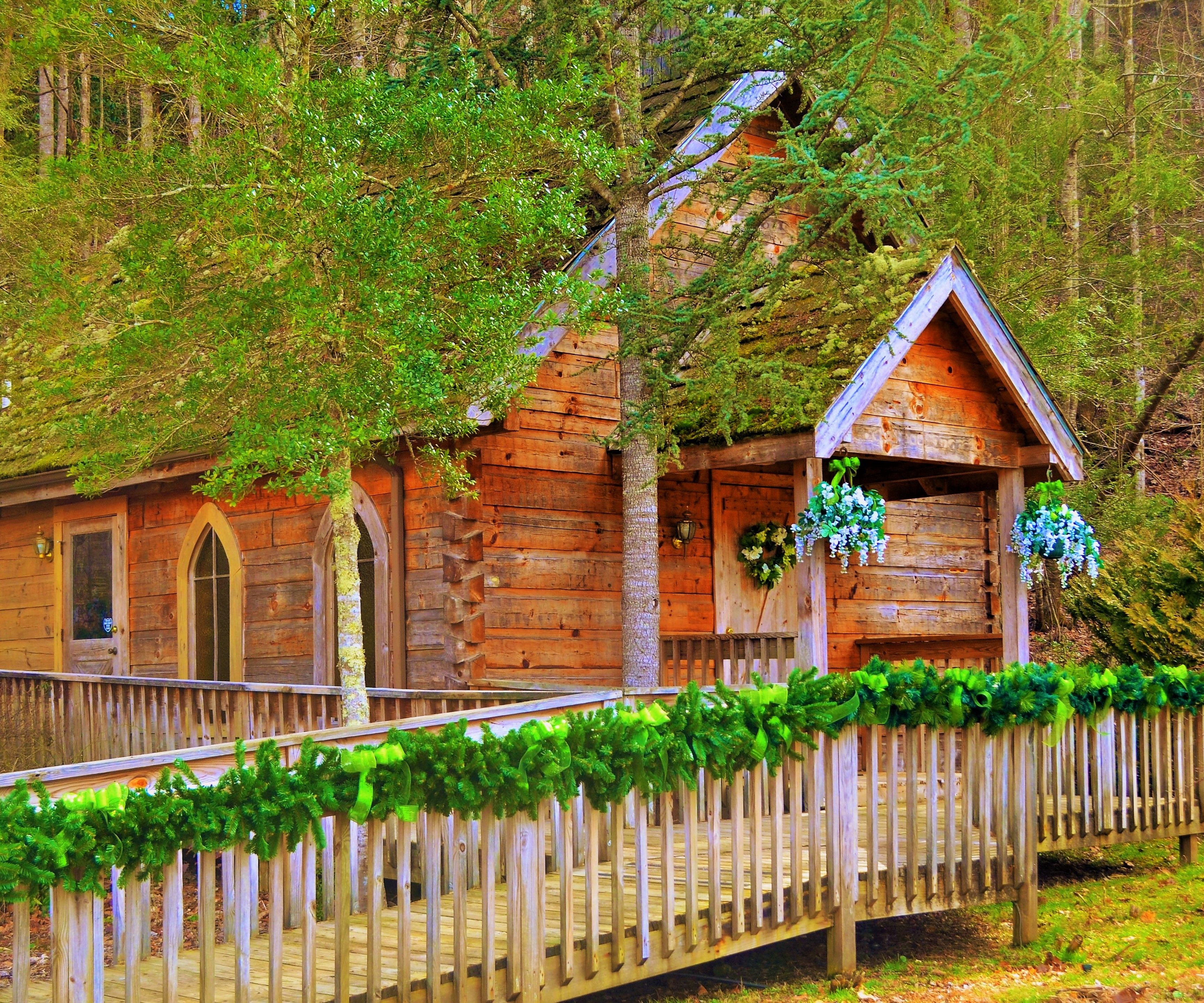 Fiddlers Dream Chapel Is Elegantly Decorated And One Of The Quaintest Rustic Log Wedding