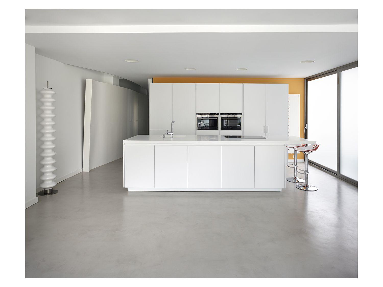 Cocina americana de diseño moderno con suelo de microcemento ...