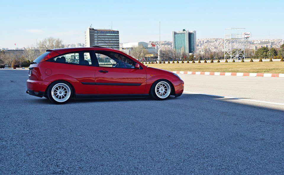 Red Ford Focus mk1, low, big rims