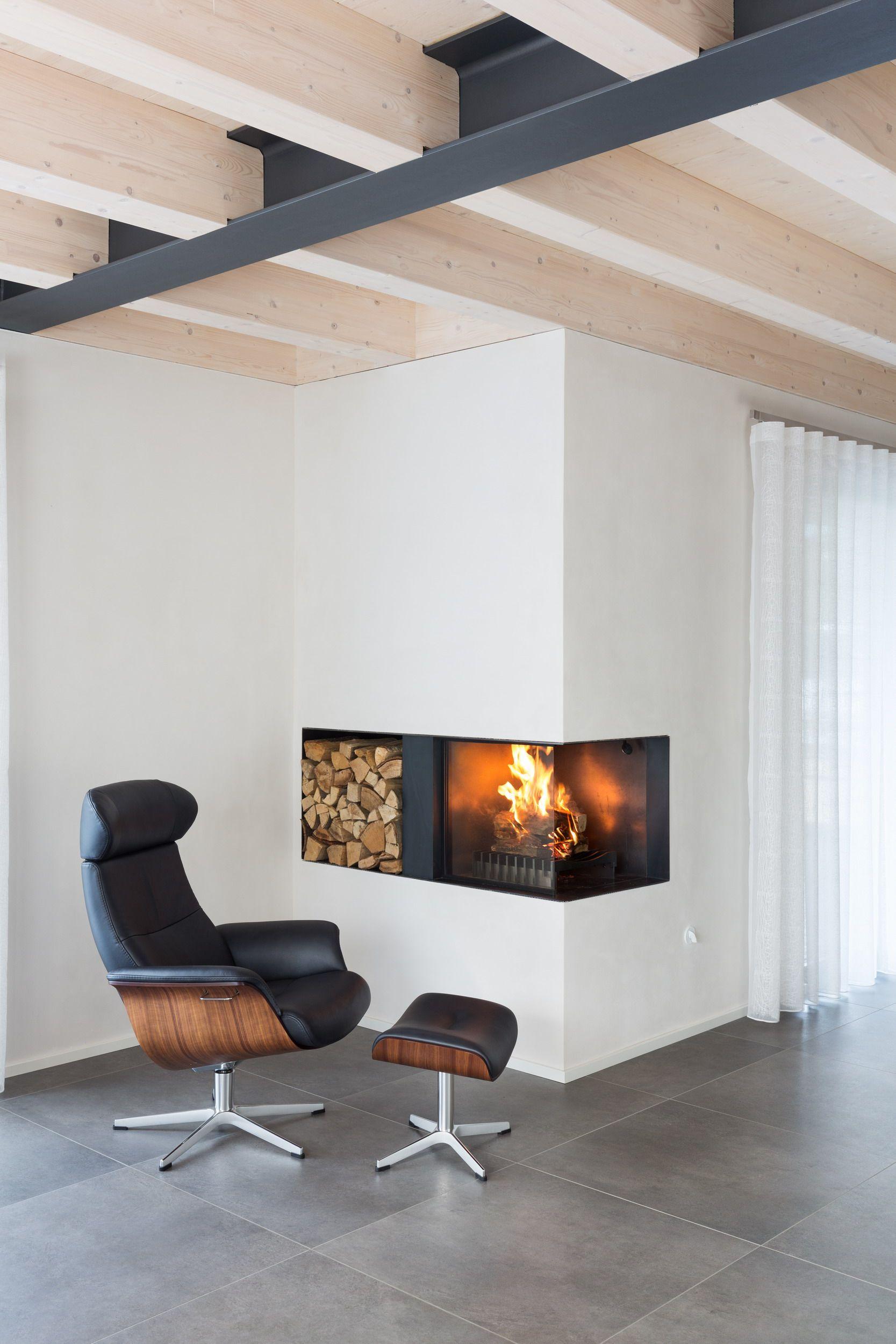 offener kamin wobei eine seit mit keramikglas verschlossen ist feuerraum und holzfach sind aus. Black Bedroom Furniture Sets. Home Design Ideas
