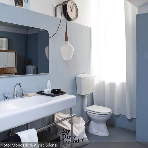 Wand Und Boden In Hellem Grau Blau Lassen Das Badezimmer Gerumig Minimalistisch Erscheinen Praktische Ablageflche Bietet Metallregal Unter