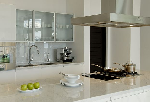 White Marble Backsplash Gl Upper Cabinet Doors 15 Small Kitchen Designs You Should Copy Marbles And