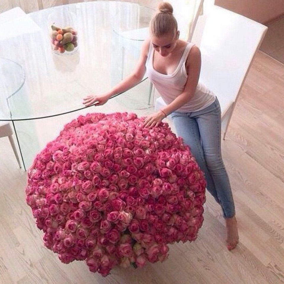 Девушка с большим букетом цветов, букет невесты