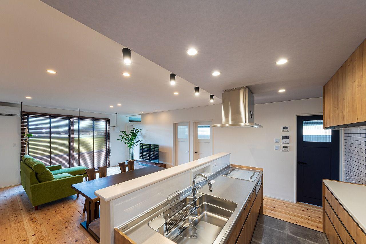 キッチンは床に合わせて無垢素材のキッチン キッチン側の天井は高さを
