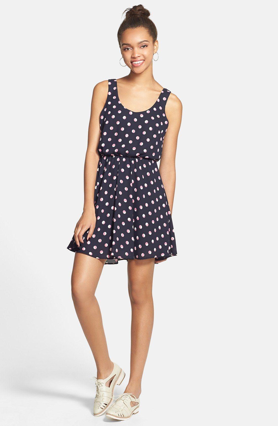 Wear you Trendswould a peekaboo lace dress fotos