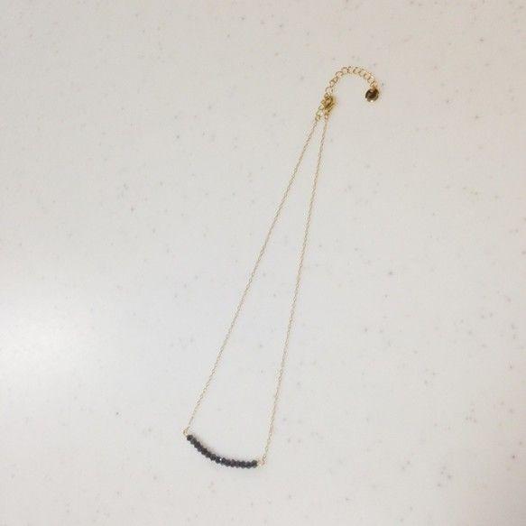 クールな印象のメタリックネイビーのシンプルなネックレスです。アジャスターで調節して,チョーカー風にも使えます。アジャスターの端にはメタルプレートを付けて,より...|ハンドメイド、手作り、手仕事品の通販・販売・購入ならCreema。