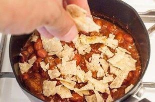 Engrosse o chili facilmente usando chips triturados ou farinha masa (farinha de milho fina). | 23 dicas fáceis para deixar sua comida deliciosa