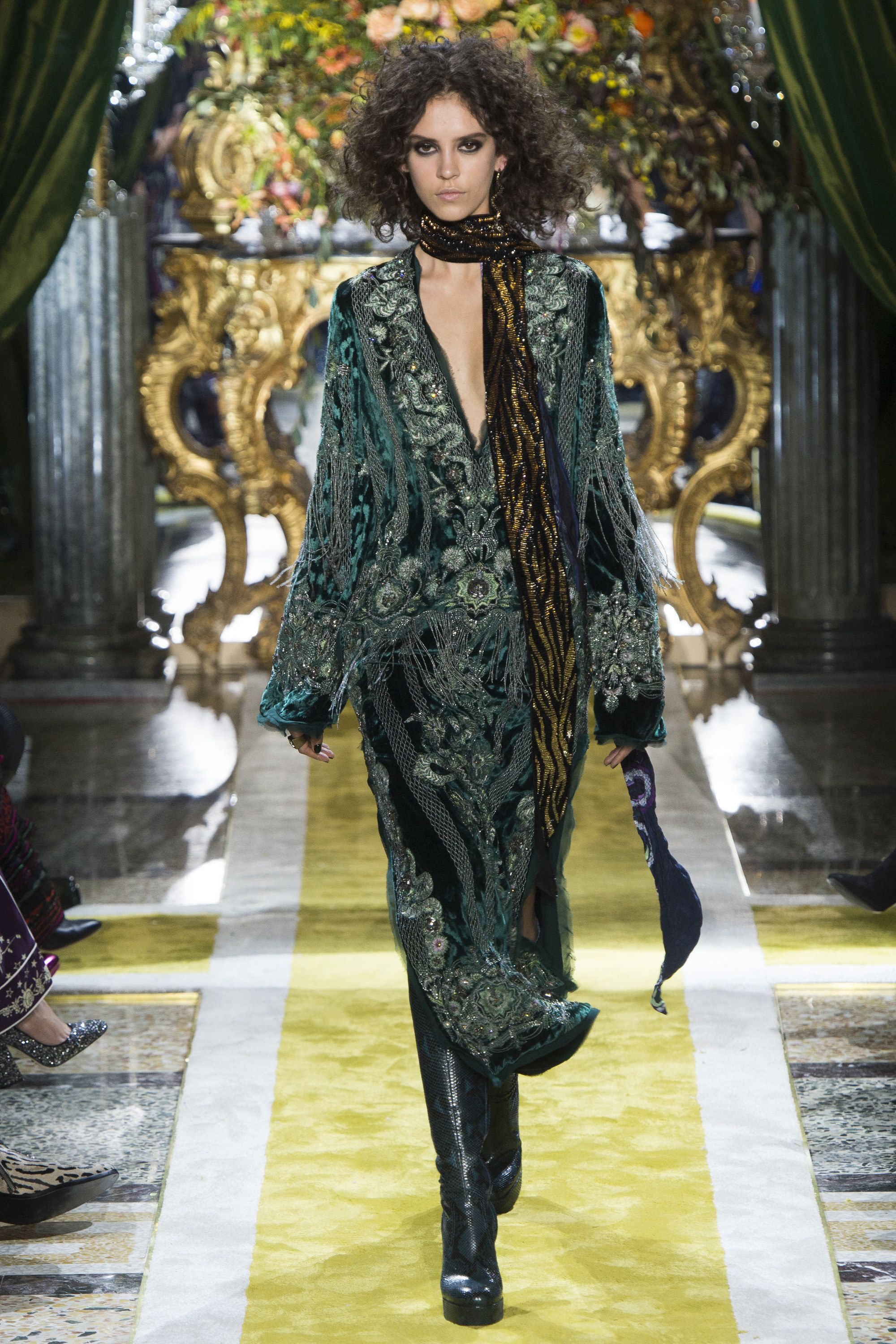 9caf62492c9 Roberto Cavalli Fall 2016 Ready-to-Wear Fashion Show