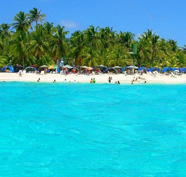 geotourism_inspirationMaravillosa postal. #CaribbeanColombia Repost: O arquipélago de San Andrés, no Caribe, é conhecido como o Mar das 7 Cores. E não é exagero, os tons de azul são incríveis. Esta é a ilhota de Johnny Cay - coqueiros, areia branca e mar imbatível. #dicasdocaribe #dicasdacolombia #viagemcaribe #sanandres #marazul #missaovt #ilhascaribenhas #caribecolombiano : @monicasayao