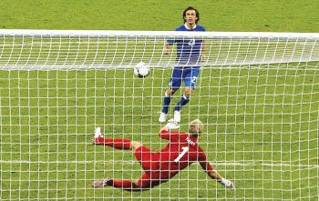 Pirlo S Penalty Kick Chip In The Euro 2012 Quarter Final Vs England Andrea Pirlo Believes His Cheeky Penalty Changed The Course Andrea Pirlo Euro 2012 Soccer